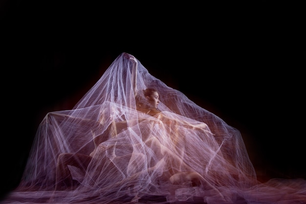 ベールのある美しいバレリーナの官能的で感情的なダンス。ストロボを使った写真技術
