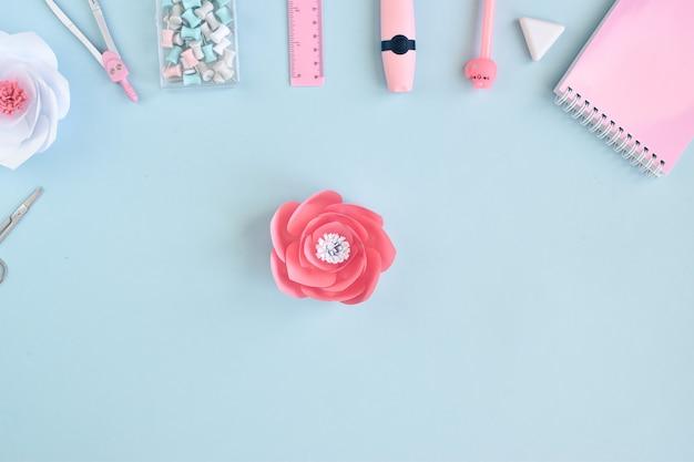 紙の花を作るための一連の行動。お祝いの花の装飾。