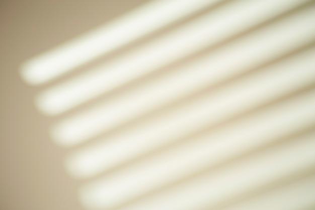 밝은 빛으로 맑은 날씨에 흰 벽에 창에서 그림자. 사진의 그림자 오버레이 효과.
