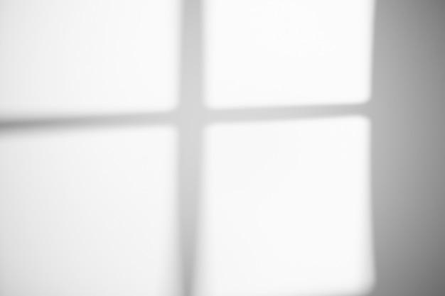 Тень от окна на белой стене в солнечную погоду с ярким светом. эффект наложения теней для фото.