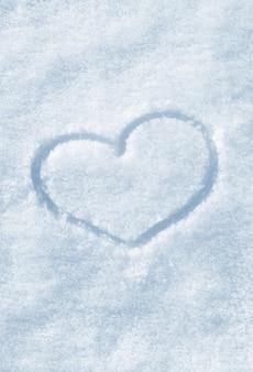 雪に描かれたハートの形