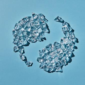 陰陽のシンボルの形は、影付きの青い背景に透明な人工角氷で構成されています。上面図。