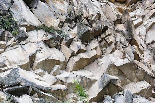 러시아 북 코카서스 산악 지역의 바위 능선의 깎아 지른듯한 절벽.