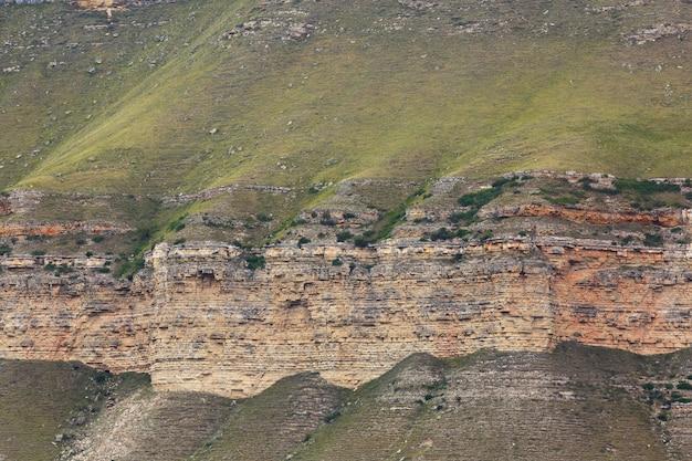 Обрыв скалистого хребта в горном районе северного кавказа в россии.
