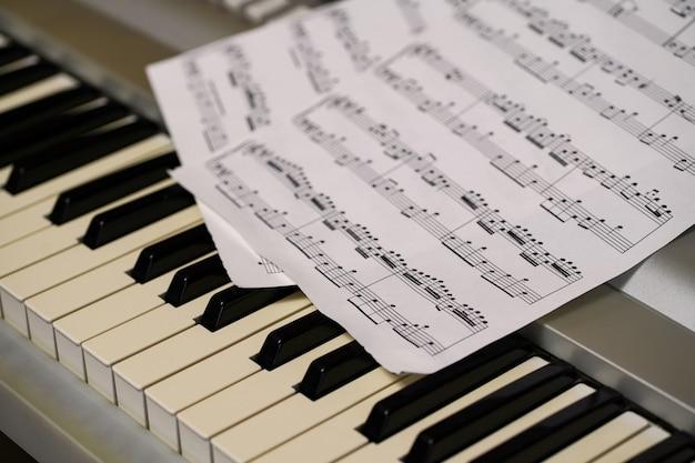 Ноты кладутся на клавиатуру синтезатора