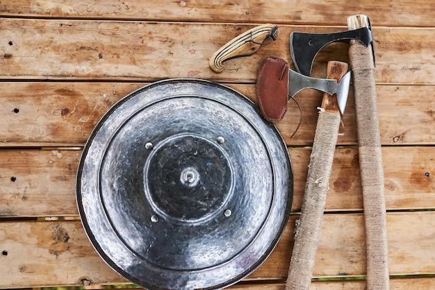木製のテーブルの盾と斧