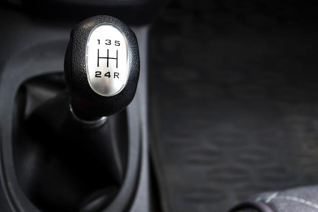 Рычаг переключения передач ручной коробки передач крупным планом