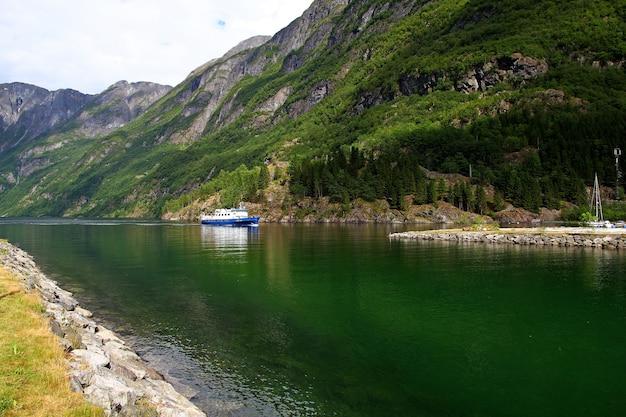 Корабль в круизе по согне-фьорду и аурландс-фьорду, норвегия