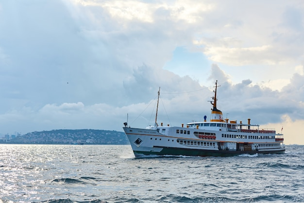 船は日没時にイスタンブールのボスポラス海峡を航行します。トルコ、イスタンブール-28
