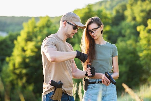 Инструктор по стрельбе учит отступника обращаться с оружием.