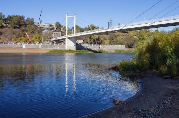 ウラル川の岸、歩道橋の堤防 Premium写真