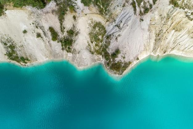 山の湖のほとり