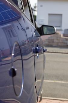 Сторона машины синяя.