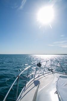여름날 바다에서 요트의 측면.