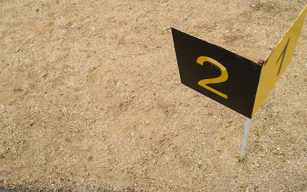 オープン、アルタイ、ベロクリハでのトレーニング射撃場の数字1,2のスポーツマイルストーンのサイン。 Premium写真