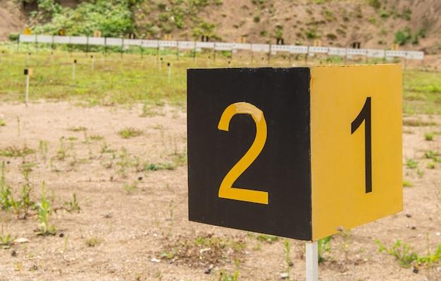 オープン、アルタイ、ベロクリハでのトレーニング射撃場の数字1,2のスポーツマイルストーンのサイン。