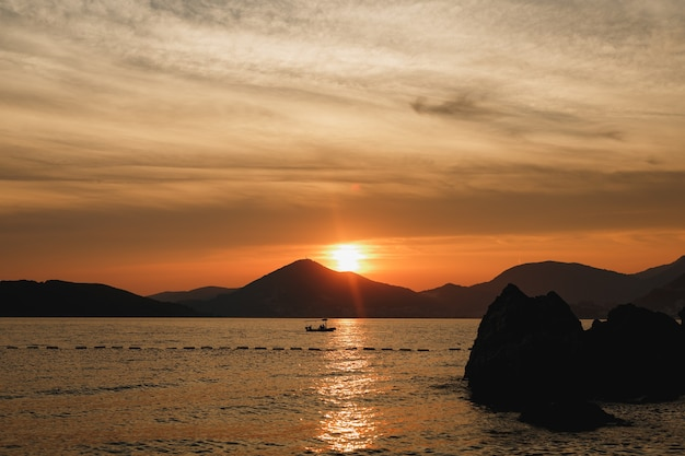 Силуэт рыбацкой лодки на закате