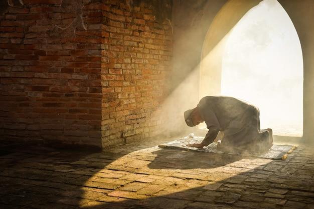 아시아 무슬림 프라 나콘 시 아유타야 지방의 오래된 모스크에서 기도하는 이슬람 남자의 실루엣