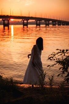 Силуэт женщины, танцующей на закате, образ жизни в полный рост, портрет стройной женщины, танцующей ...