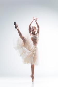 흰색 바탕에 춤추는 발레리나의 실루엣