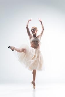 白い背景の上で踊るバレリーナのシルエット