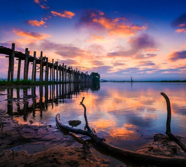Силуэт самого длинного тикового моста у бейн на восходе солнца, мандалай, мьянма.