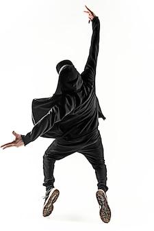 Силуэт одного молодого хип-хопа мужчины брейк-данс танцует на белом фоне