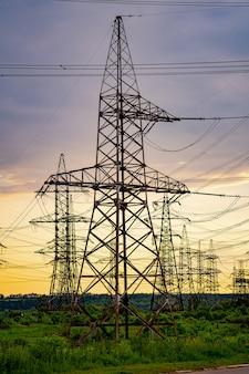 夕方の送電鉄塔のシルエット。自然の美しい風景の中の電力線。セレクティブフォーカス。