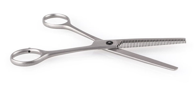 Ножницы серебряные волосы, изолированные на белом фоне