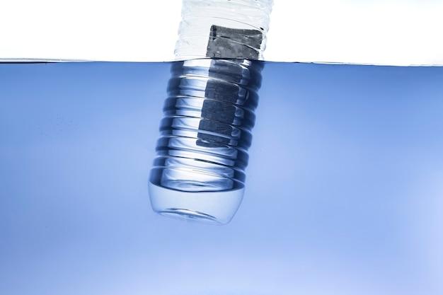 水中の海水、環境問題、汚染のシンプルな単一のペットボトル