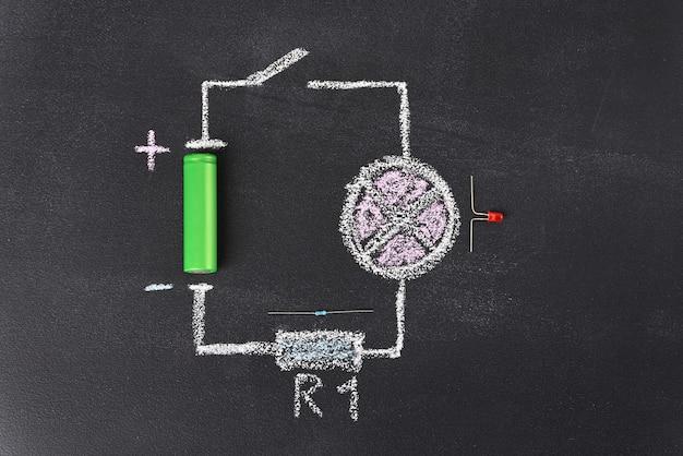 最も単純な回路は、学校の黒板にチョークで描かれています。