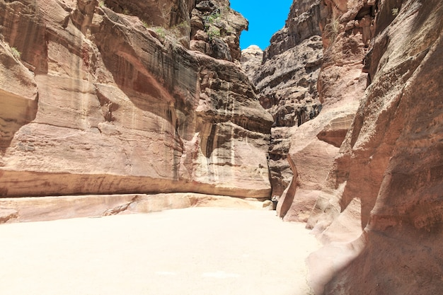 Сик, узкий каньон, служащий входом в скрытый город петра, иордания,