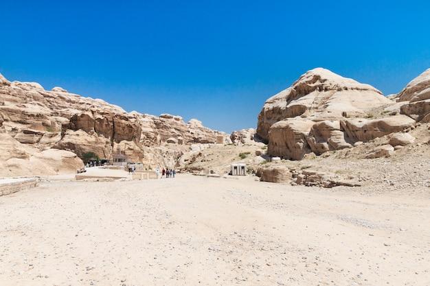 Сик, узкий каньон, служащий входом в скрытый город петра, иордания, Premium Фотографии