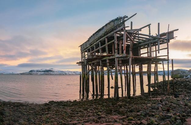 浜辺の釣り小屋の骸骨。