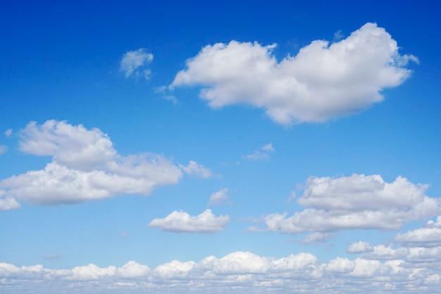 Небо и облака утром перед дождем.