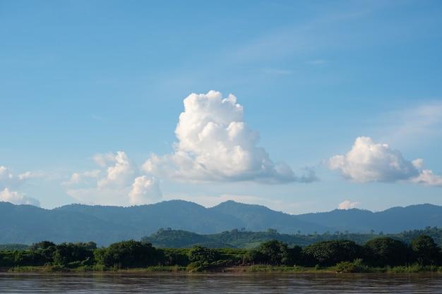空には雲とメコン川があります。青い空とcloud.whiteの雲。
