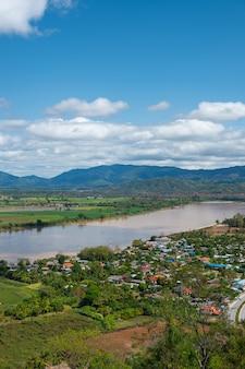 空には雲があり、メコン川。空と雲。白い雲。川の近くの村。国境の川。川はタイとラオスと国境を接している。チェンセン、チェンライ。