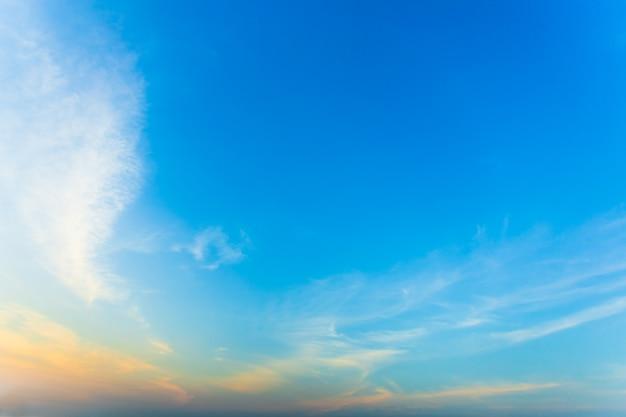 아침 해가 뜨면 하늘이 아름다워
