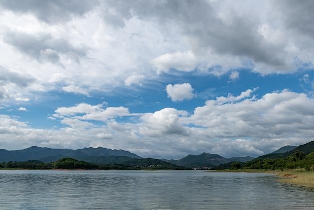 하늘은 구름으로 덮여 있고 물에는 파도가 있습니다