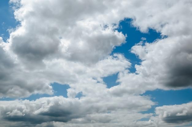 空は雲に覆われ、雷雨の前の天気です。