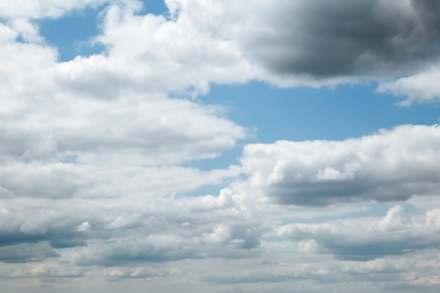雷雨の前に空は雲に覆われています