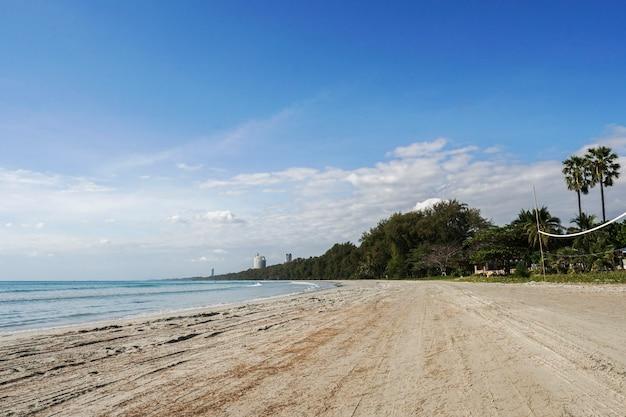 Небо, море и песок очень красивы.