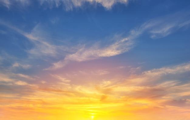 雲の美しい夕日の背景と空。
