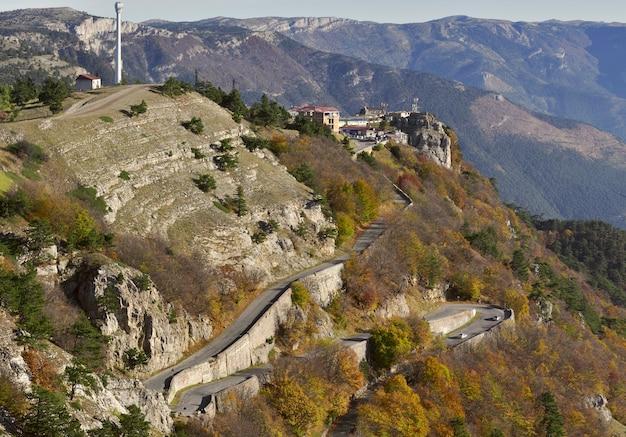 道路のあるaipetri山の斜面