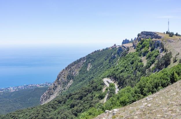 고속도로와 흑해의 전망이 있는 아이페트리 산의 경사
