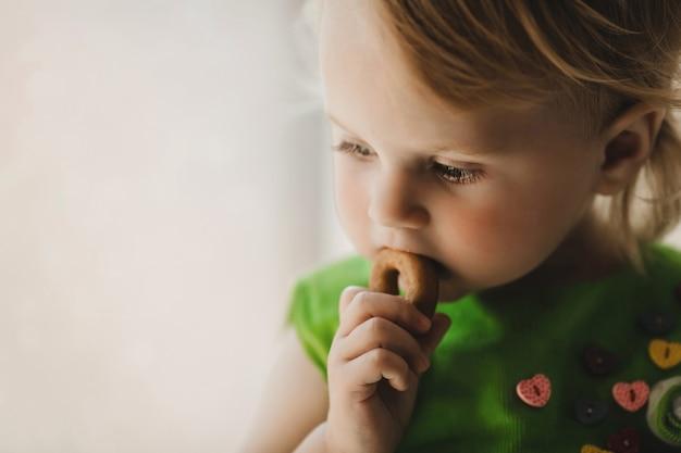 베이글을 먹는 작은 아이