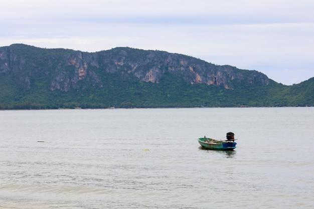Остановка небольшой моторной лодки на берегу моря перед островом тайлнад.
