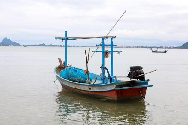 Остановка небольшой моторной лодки на море