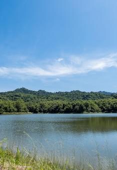 저수지의 작고 조용한 호수는 계곡에 자리 잡고 있습니다.