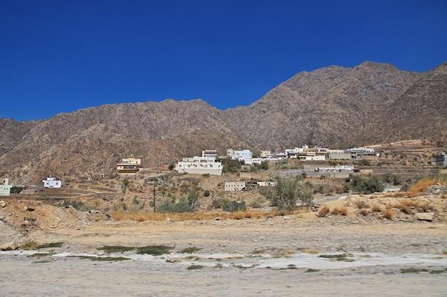 サウジアラビアの峡谷にある小さな村